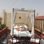Un lit à baldaquin pour la terrasse de la suite Romaine