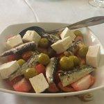 Ensalada tomate raf, queso fresco y sardinas