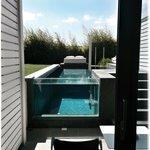 Une chambre avec piscine privée