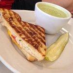 Combo - zuppa di zucchine e basilico e toast con mozzarella pomodoro e tonno