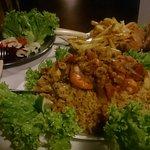 Risoto de camarão, salada, filé de peixe e fritas. Muito bom e farto.