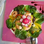 Preciosa y deliciosa ensalada del Marino con rape y langostinos