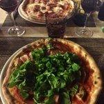 Pizza con: pomodoro, mozzarella, prosciutto cotto, würstel e salsiccia Pizza con: pomodoro, moz