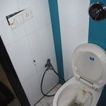 enchufes rotos en el wc y goteras