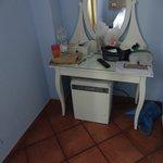 Столик и холодильник