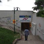 地下道は鉄道の駅、SCSショッピングセンターに通じる