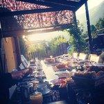table du petit déjeuner en terrasse