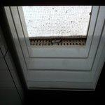 La fenêtre de la salle de bain...
