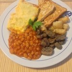 Toasted bread, omelette and baked beans with musrooms and bite-sized hasbrowns.