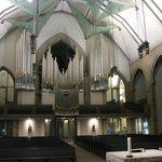 Interior. Se visualiza el techo y el órgano