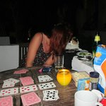 Spela kort på balkongen=klassiker. Hotellkisse vill va med!