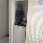 Guarda-roupa do QUARTO DE CASAL, metade é ocupado pelo frigobar.