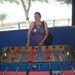 salon con vista al mar y mesa de juego