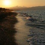 Закат на пляже Платаниас