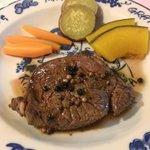 お肉も柔らかくて美味しい。味付けはシンプルに粒胡椒。