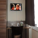 Novum Hotel Leonet: room with desk and TV
