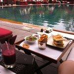 プールサイドでの食事
