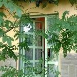 ingresso di una delle stanze che si affacciano sul giardino