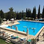 La grande piscine de l'hôtel