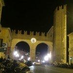 Ao entrar na Piazza Bra pelo Corso Porta Nuova, observe o relógio,a estrutura defensiva mais int
