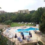 Вид с балкона, 6й этаж нечётная сторона. На фото: бассейн гостиницы Holiday Park. За левой грани