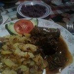 roulade mit bratkartoffeln und rotkraut