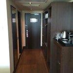 Sicht auf Zimmertüre und Schrank