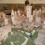 parte della ricostruzione in ceramica della città medievale di s. gimignano.