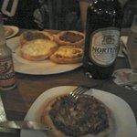 Esfirras de bom tamanho e cerveja Uruguaia.