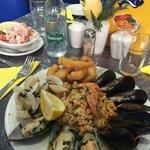 салат из креветок и микс из морепродуктов с рисом