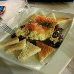 Huevos revueltos con setas, gambas y salmón