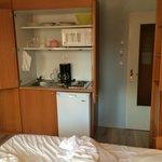 Bett mit Küchenzeile