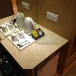小吧檯上有熱水與咖啡即溶包
