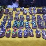 Zapatos artesanales con materiales reciclados