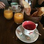 Le début du brunch avec thé et viennoiseries