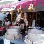 Salvador cocinando para el pueblo medieval