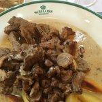 Rinder-Geschnetzeltes mit Rahm-Pfifferlingen und in Butter gebratenen Schupfnudeln