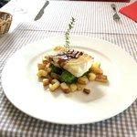 Fisch auf Erbsenpüree und Bratkartoffeln