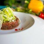 Тар-тар из говядины с соусом лемонграсс