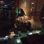 Vista de noche de Sukhumvit desde la ventana ��