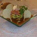Tartar de aguacate con gambas, gazpacho andaluz y cacahuetes tostados... excelente
