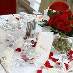 Décoration table mariage N&P Table des mariés avec pétales de roses rouges