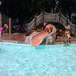 El tobogán de la piscina