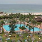 L'un des trois piscine, la plage et l'un des bars