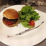 Burger di Foie gras spadellato con cipolla caramellata.