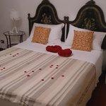 Nuestra comodisima cama, adornada con flores ycorazones
