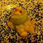 Tartare di ricciola, tortino di zucchina e pesche