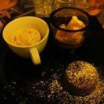 Tortino al cioccolato con gelato alla nocciola e crema al mascarpone