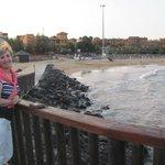 Вид с мостика на пляж (виден отель Шетарон)