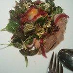 Ensalada de ventresca de atún confitado y vinagreta de mostaza antigua